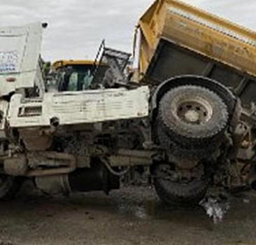 İSKİ'ye ait toprak yüklü kamyon devrildi