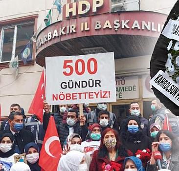 Diyarbakır anneleri HDP önüne siyah çelenk bıraktı