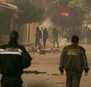 Tunus'ta sokağa çıkma yasağı protestoları sürüyor