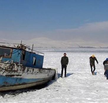 Bitlis'teki Nazik Gölü'nün yüzeyi buz tuttu