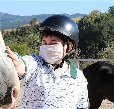 Otizmli çocuktan etkilenip kurduğu tesiste 'özel' çocukları atla terapi ediyor