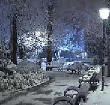 Ankara'da gece saatlerinde başlayan kar yağışı, kenti beyaza bürüdü