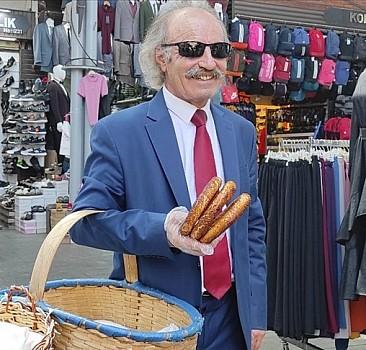 Bursa'nın 'kravatlı simitçisi' takım elbisesinden yaz sıcağında da vazgeçmiyor