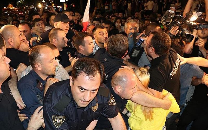 Gürcistan'da protestocular ile polis arasında arbede çıktı