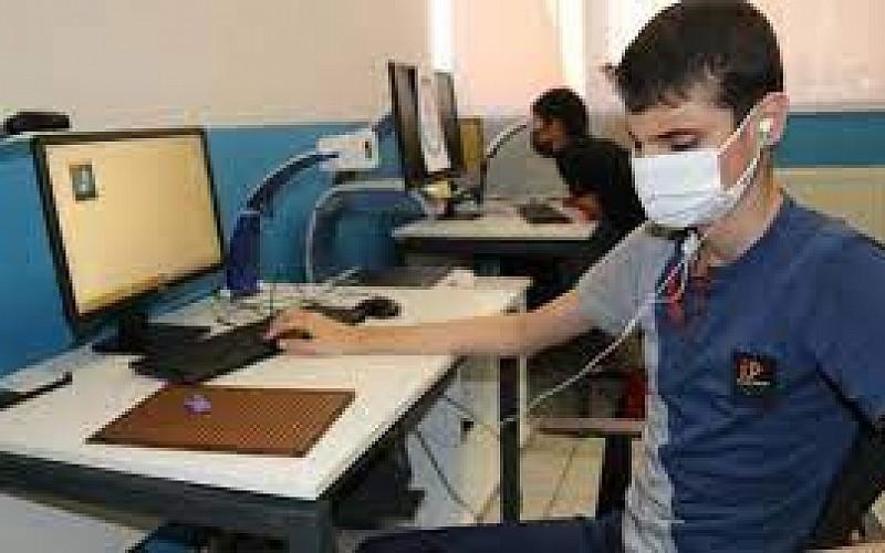 Görme engelli öğrenciler seslendirilen deneme sınavlarıyla LGS'ye hazırlandı
