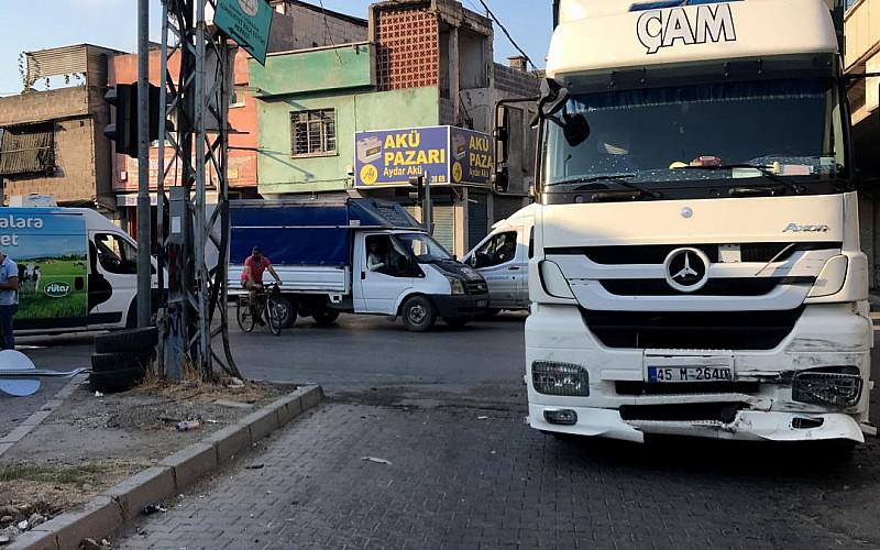 Adana'da kaza sonra kontrolden çıkan panelvan yaya çarptı