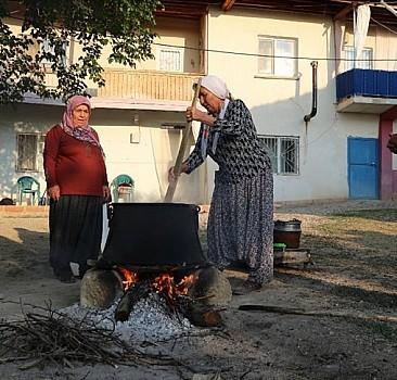"""Malatya'nın tescilli lezzeti """"haşhaşlı dut pestili"""" için kadınların yoğun mesaisi başladı"""
