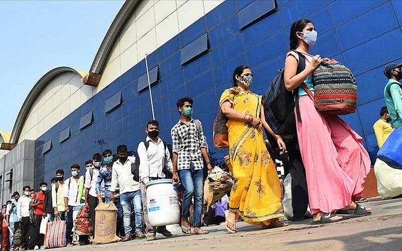 Hindistan'da Kovid-19 salgınında günlük vaka sayısı azalmaya devam ediyor