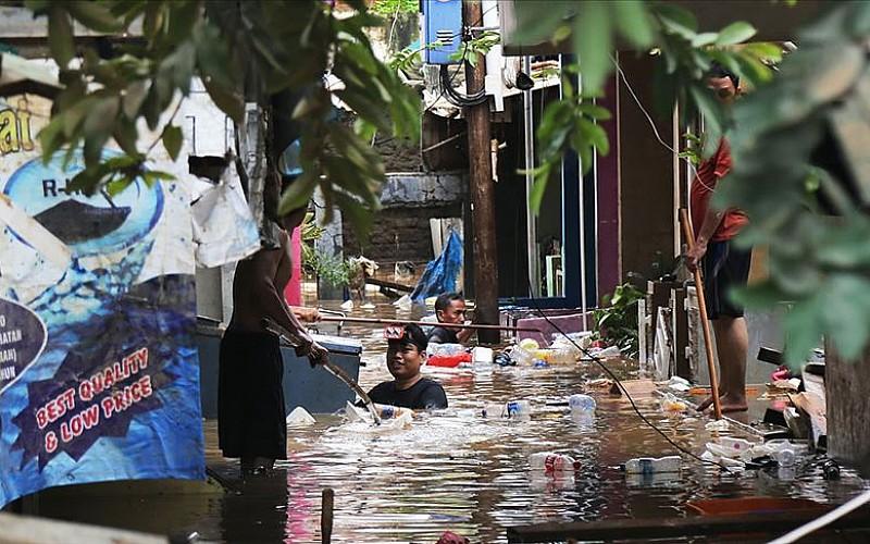Endonezya'yı sel vurdu! Ölü sayısı artıyor