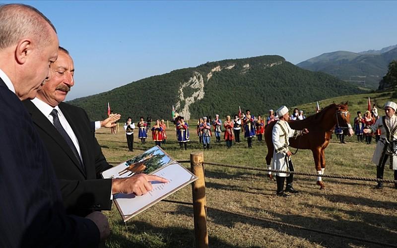 Cumhurbaşkanı Erdoğan, Şuşa'da at yarışı izledi