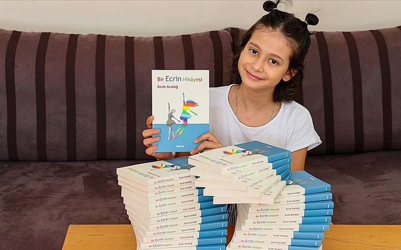 Kemik kanserini yenen 10 yaşındaki Ecrin, kitabını 'mutlu son'la tamamladı