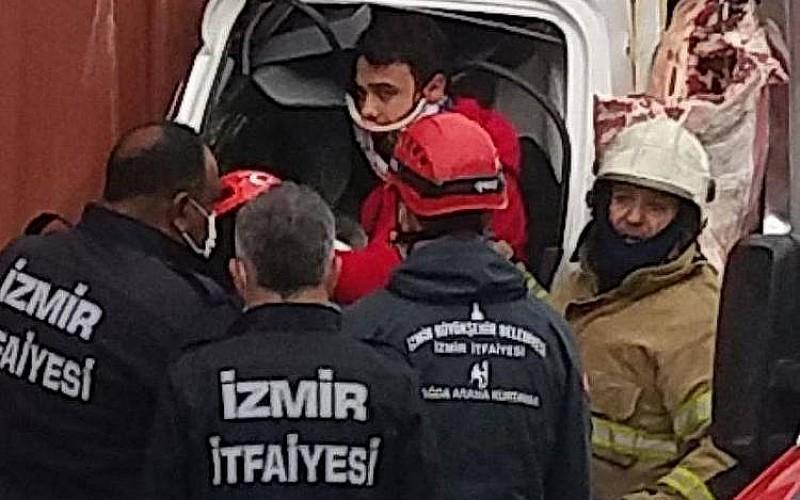 İzmir'de kamyonetle tır çarpıştı: 1 ölü, 2 yaralı