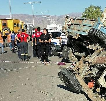 Erzincan'da tarım işçilerini taşıyan traktör ile tır çarpıştı: 2 ölü, 6 yaralı