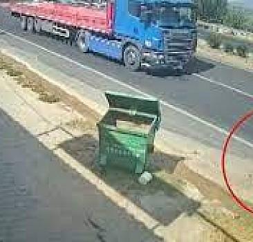 Çöp konteynerine çarptı, tırın altında kalmaktan saniyelerle kurtuldu