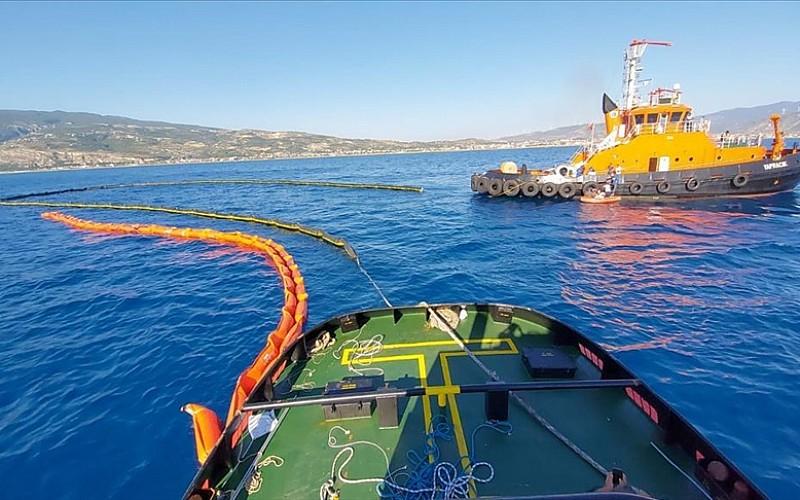 Suriye kaynaklı petrol sızıntısını temizlemek için 2 Türk gemisi çalışmalarını sürdürüyor