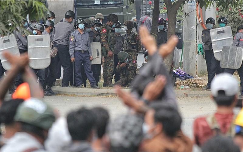 Cunta darbe karşıtı protestocuları 'ölümcül güç' kullanmakla tehdit etti