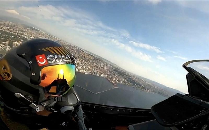 MSB, SOLOTÜRK ekibinin İzmir'de gerçekleştirdiği gösteri uçuşunun görüntülerini paylaştı