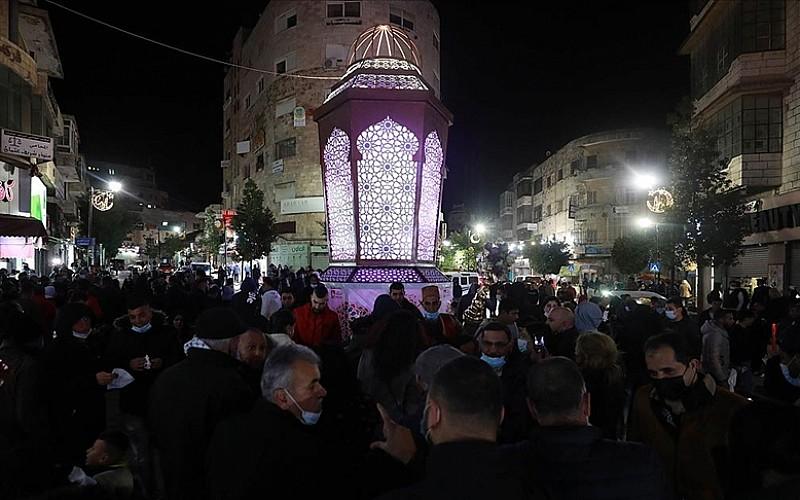 Batı Şeria'daki Ramallah kentinin merkezi dev ramazan feneriyle aydınlandı