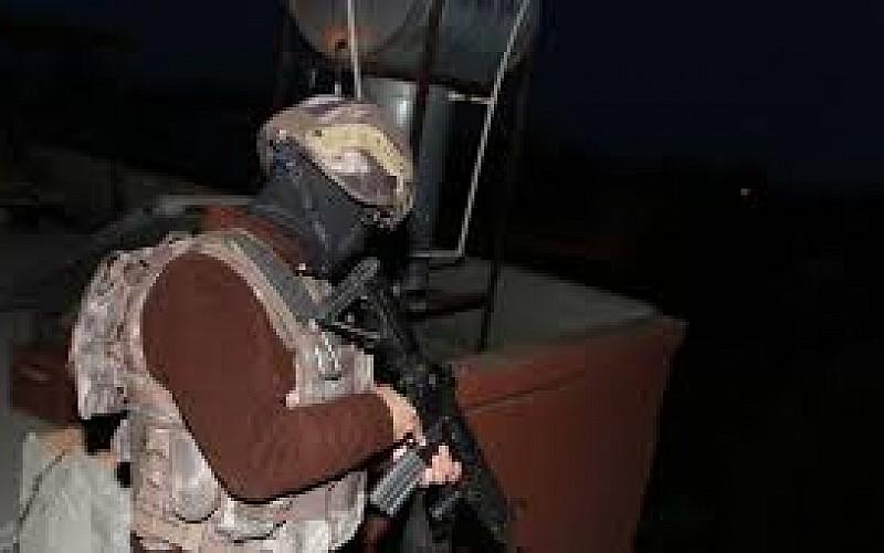 Yasa dışı silah ticareti yapan zanlılar yakalandı