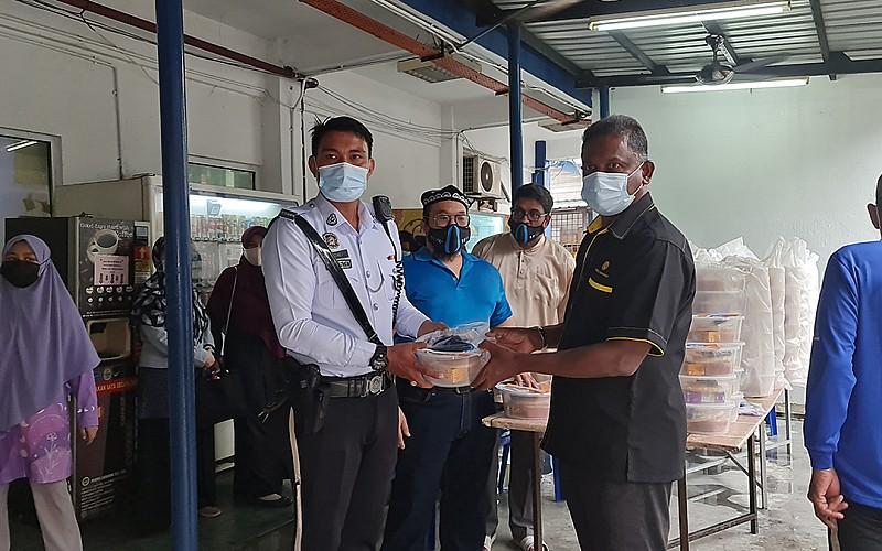 Malezyalılar Doğu Türkistan için Uygur ekmeği dağıttı
