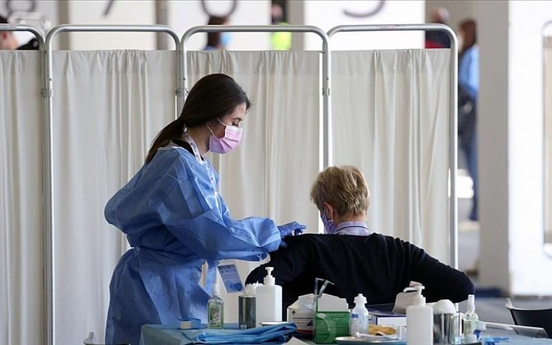 İngiltere'de Kovid-19 aşılarının 60 bin kişinin ölümünü engellediği tahmin ediliyor