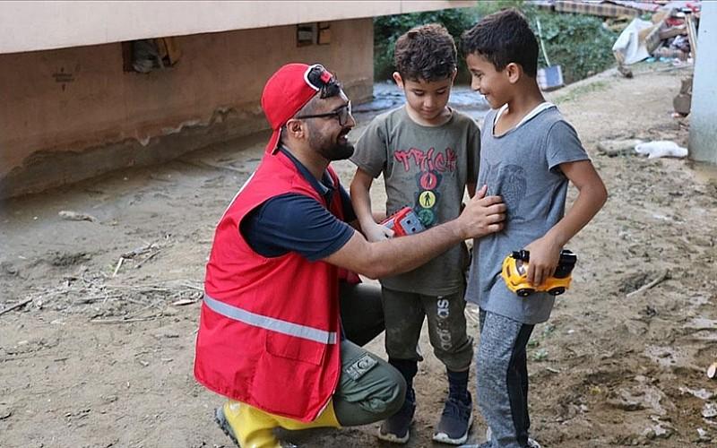 Azerbaycanlı genç Bozkurt'taki sel felaketinin yaralarının sarılmasında gönüllü olarak görev alıyor