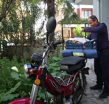 Yolların emekli ve mütevazı motosiklet gezgini