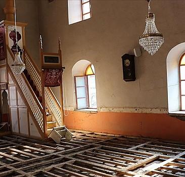 Bozkurt'taki selde zarar gören 112 yıllık cami ve içindeki kitaplardan afetin izleri silinmeye çalışılıyor