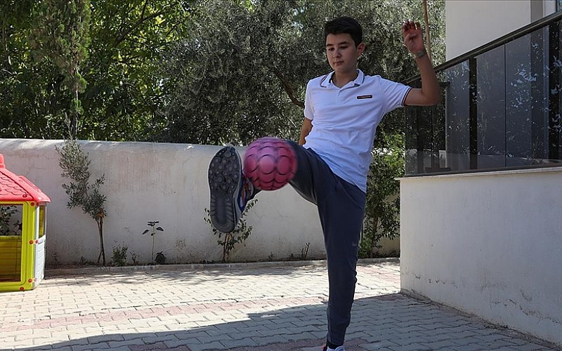 İzmir depreminin simge isimlerinden Günay geçirdiği ameliyatların ardından futbol oynamaya başladı
