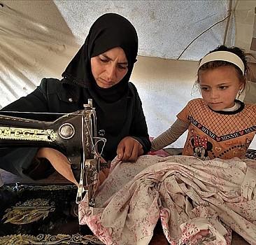 Esed rejiminin yerinden ettiği İdlibli Fatıma anne yadigarı dikiş makinesi sayesinde çocuklarına bakıyor