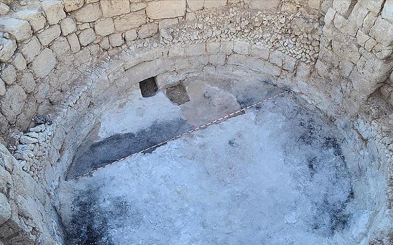 Mersin'deki kazılarda gök bilimci ve şair Aratos'un anıt mezarının olduğu değerlendirilen yapının zeminine ulaşıldı