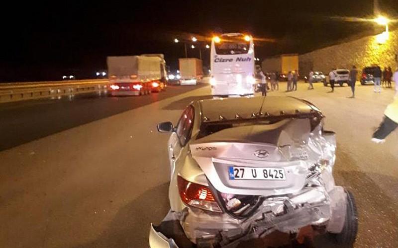 Mersin'de otobüsün çarptığı otomobildeki 3 kişi yaralandı