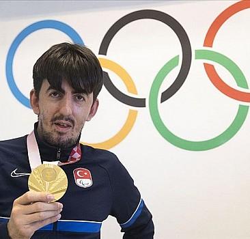 Paris'te üçüncü altın madalyayı da alıp adımı tarihe yazdırmak istiyorum