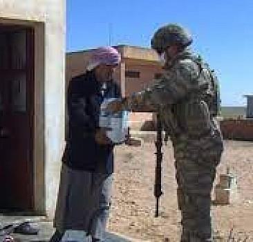 Mehmetçik, Barış Pınarı bölgesinde köy köy dolaşıp yardım götürüyor