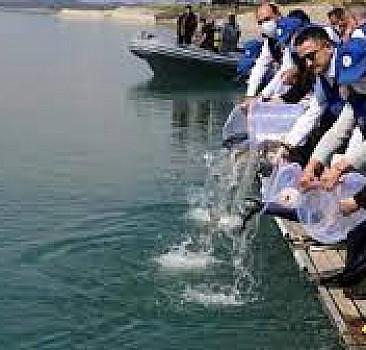 Bakan Pakdemirli, Seyhan Baraj Gölü'ne balık bıraktı