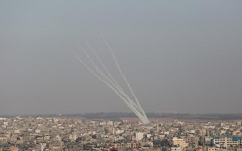 Gazze'den atılan roketler İsrail'de 6 kişiyi yaraladı