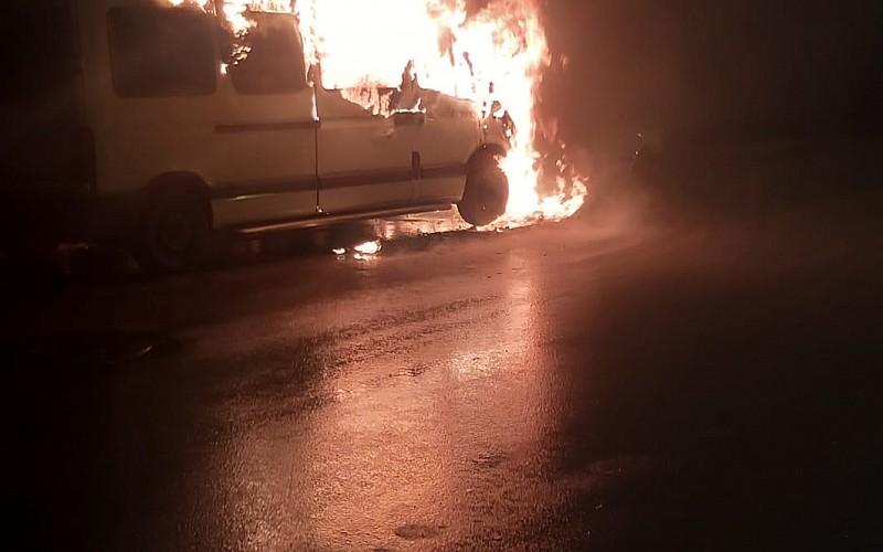 Ankara'da park halindeki yanan iki araç kullanılamaz hale geldi