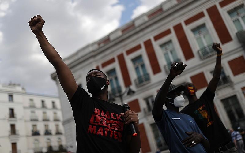 İspanya'daki siyahi Afrikalılar Madrid'de ırkçılık karşıtı gösteri düzenledi