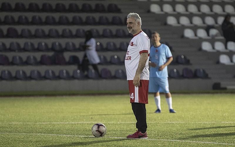 AK Parti İstanbul İl Başkanı Kabaktepe, ünlü isimlerin de katıldığı dostluk maçında sahaya çıktı