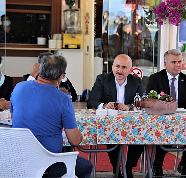 Ulaştırma ve Altyapı Bakanı Karaismailoğlu, Ayvalık'ta tekne sahipleriyle bir araya geldi: