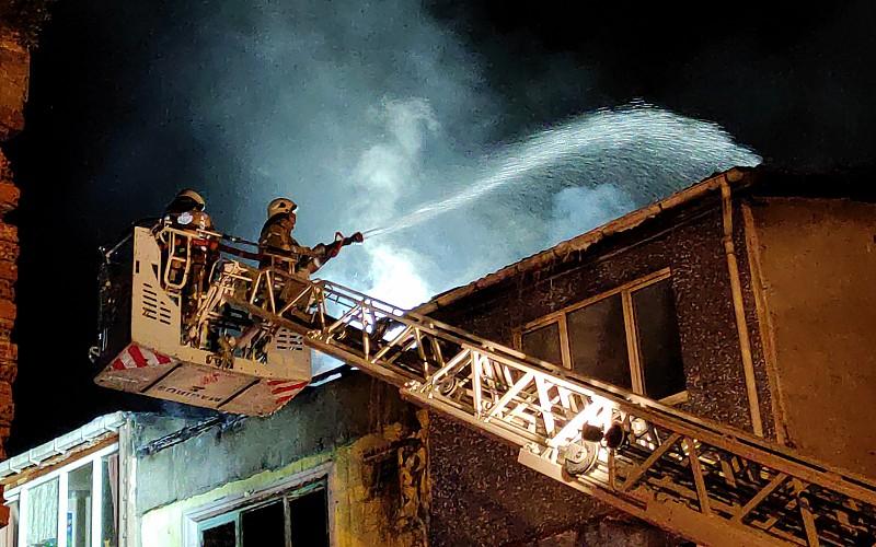 Fatih'te bir apartmanda çıkan ve 4 binaya daha sıçrayan yangın söndürüldü
