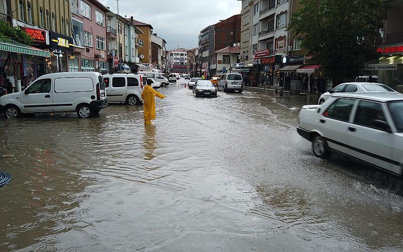 Ankara'nın Çubuk ilçesinde sağanak ve dolu, su baskınlarına yol açtı