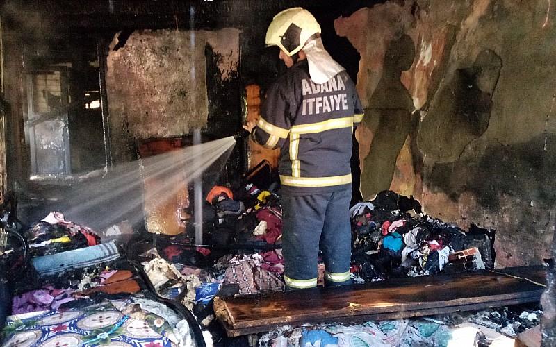 Adana'da yangın çıkan evlerinde mahsur kalan anne ve 2 çocuğunu itfaiye ekibi kurtardı