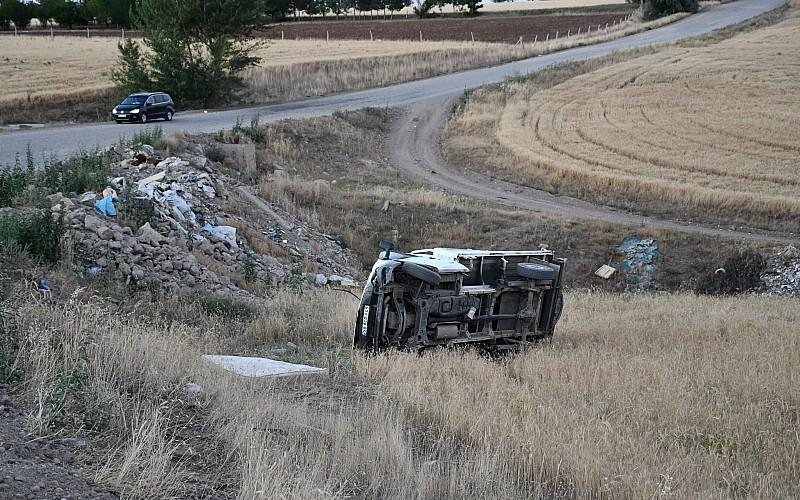 Sivas'ta kamyonet şarampole devrildi: 3 yaralı