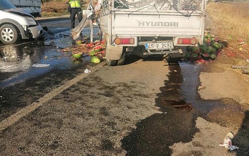 İzmir'de kamyonet ile hafif ticari araç çarpıştı: 4 yaralı