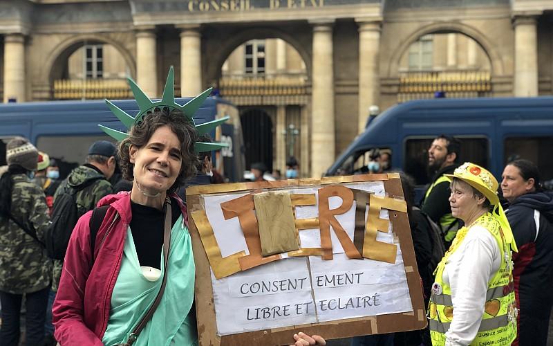 Fransa'da Kovid-19 aşı zorunluluğu ve sağlık ruhsatı uygulaması karşıtlarından Danıştayın önünde protesto