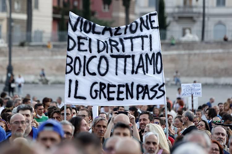 """İtalya'da Kovid-19 önlemleri çerçevesinde çıkarılan """"Yeşil Geçiş"""" belgesine yönelik protestolar sürüyor"""