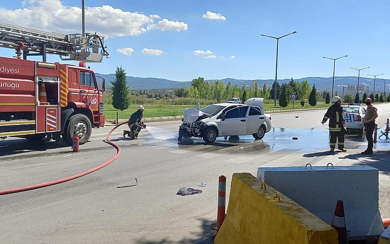 Kütahya'da sivil polis aracı ile otomobilin çarpışması sonucu 2'si polis 5 kişi yaralandı