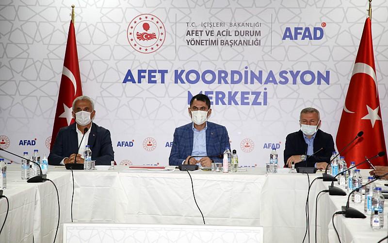 Çevre ve Şehircilik Bakanı Kurum, sel felaketinin yaşandığı Bozkurt'ta incelemelerde bulundu