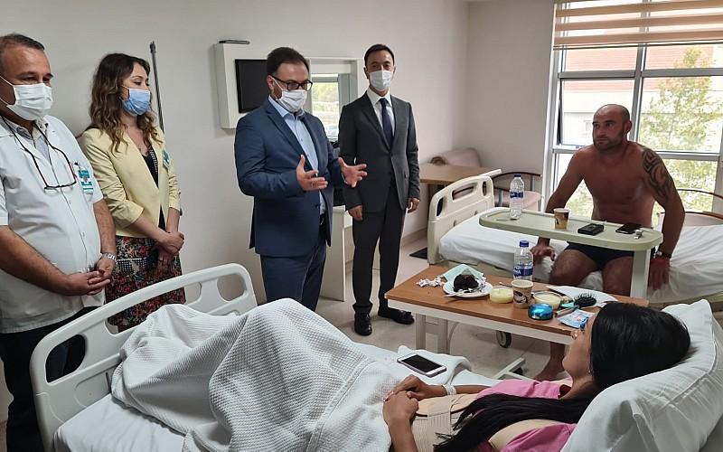 Ukrayna'nın Antalya Konsolosu Rustamov, kazada yaralanan turistleri hastanede ziyaret etti
